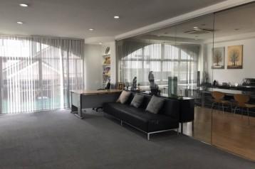 ให้เช่าออฟฟิศ มีโต๊ะเก้าอี้ ใช้งานแล้วสภาพดี อยู่ชั้น 3 (เต็มชั้น) ของตึก 4 ชั้น มีทางเดินขึ้นต่างหากด้านข้างของอาคาร บางกะปิ กรุงเทพ