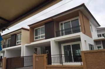 ขายด่วนบ้านแฝด โครงการโกเด้นวิลเลจ อ่อนนุช65ขนาด 37.80 ตารางวา ราคาเพียง 5,300,000 บาท